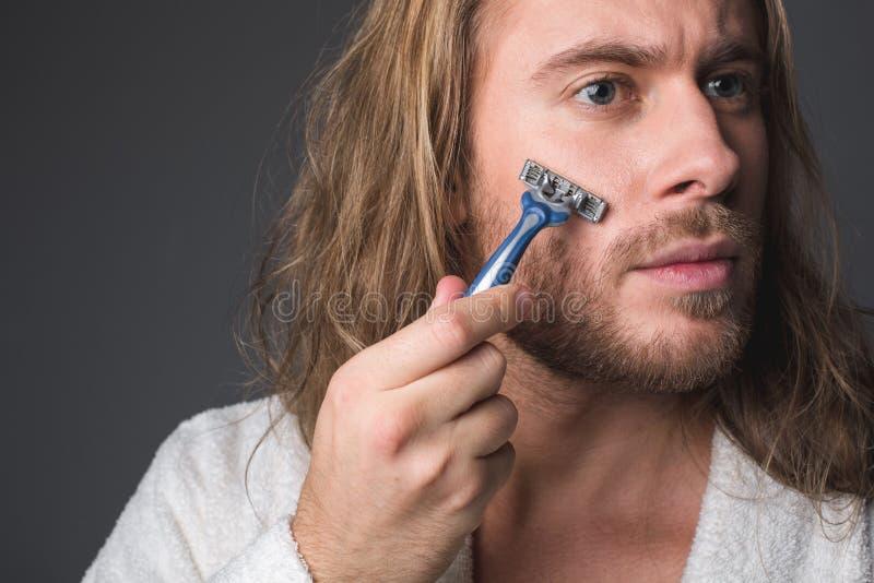 Homme frais rasant sa barbe image stock