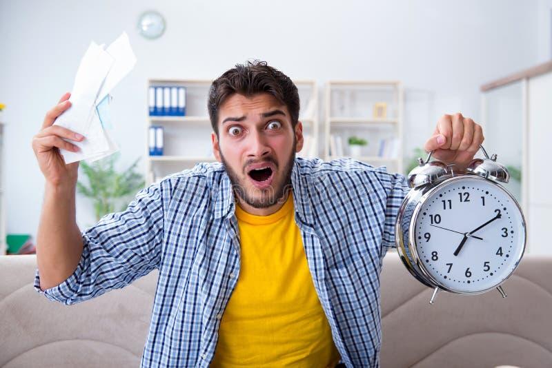 Homme frustré aux factures qu'il doit payer dans le conce de gestion du temps photos stock