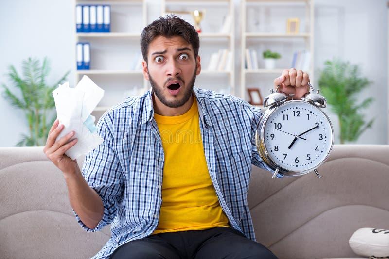 Homme frustré aux factures qu'il doit payer dans le conce de gestion du temps photos libres de droits
