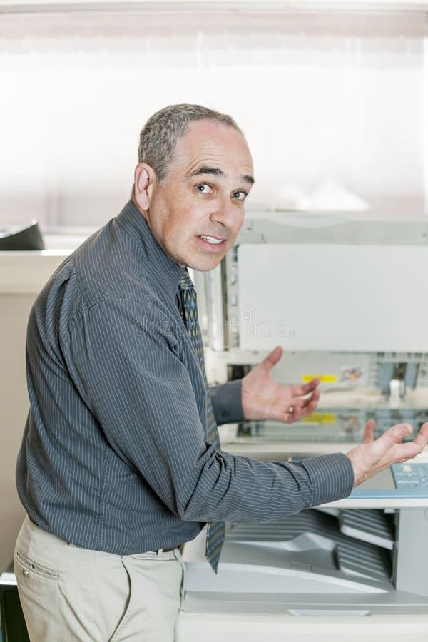 Homme frustré avec le photocopieur image libre de droits
