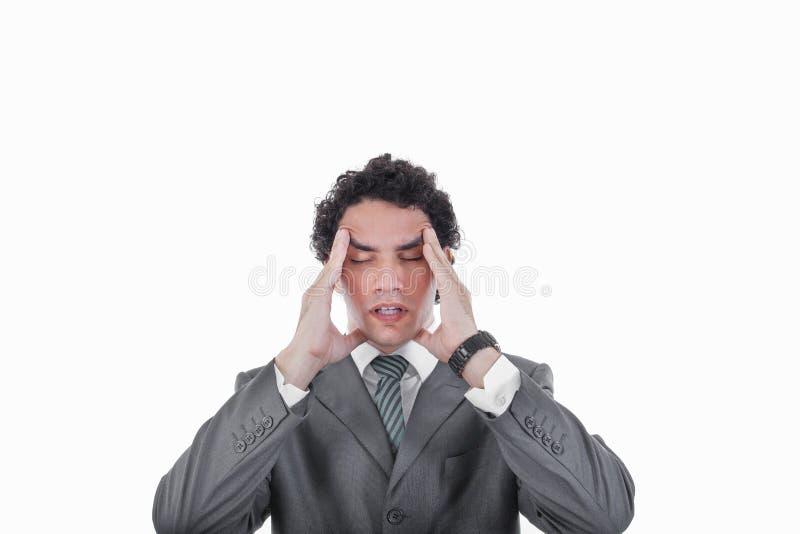 Homme frustrant d'affaires ayant le mal de tête et la migraine graves image stock