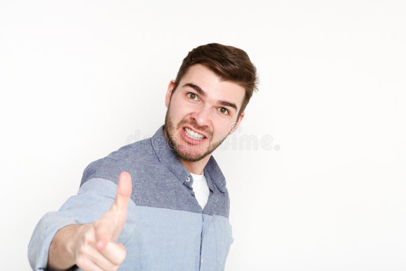 Homme furieux criant fort et point à l'appareil-photo images stock