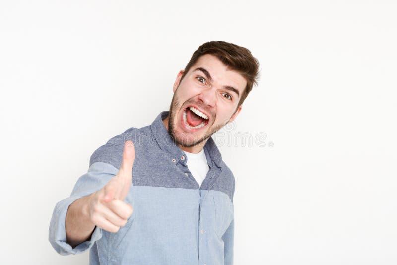 Homme furieux criant fort et point à l'appareil-photo image libre de droits