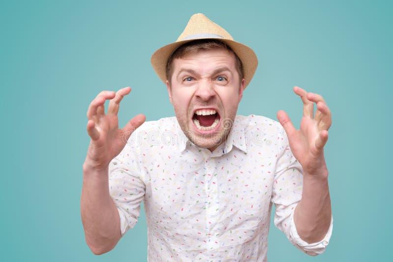 Homme furieux et exaspéré avec la bouche ouverte dans le cri image libre de droits