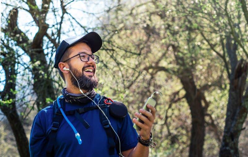 Homme gai en voyage de hausse appréciant le temps dehors photographie stock