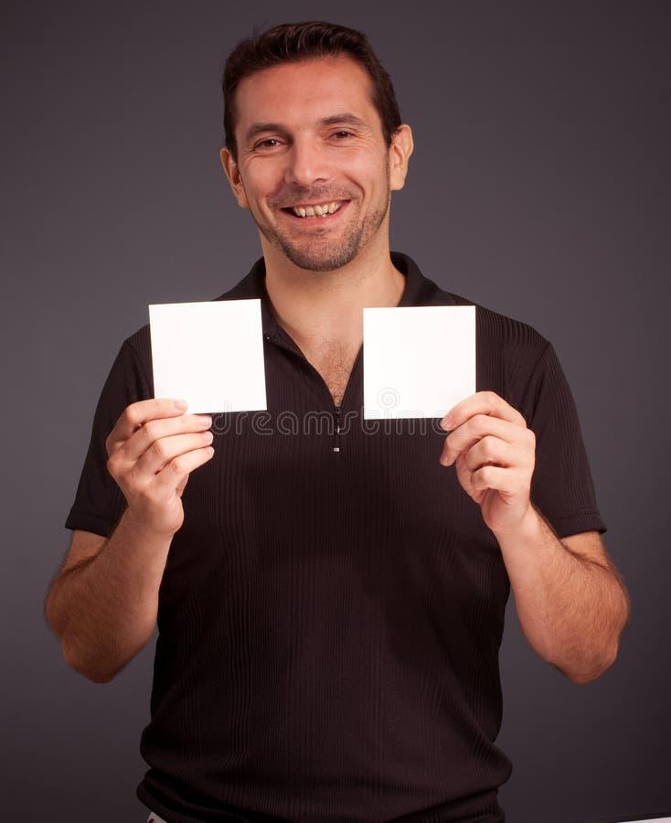 Homme gai retenant deux cartes vierges images stock