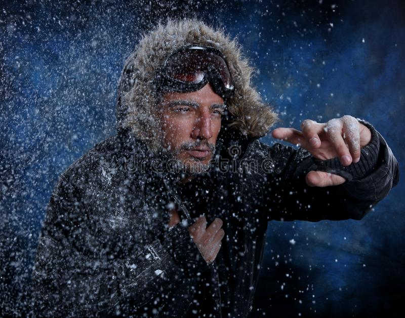 Homme gelant en temps froid image stock