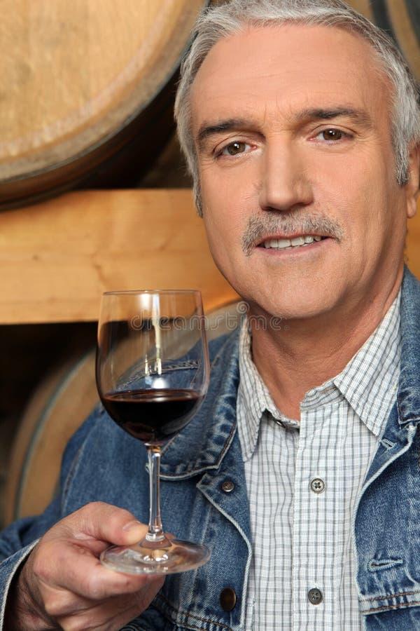 Homme goûtant le vin rouge image stock