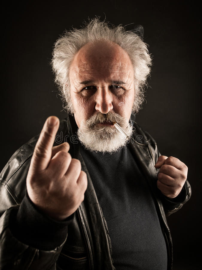 Homme grincheux avec la cigarette images libres de droits