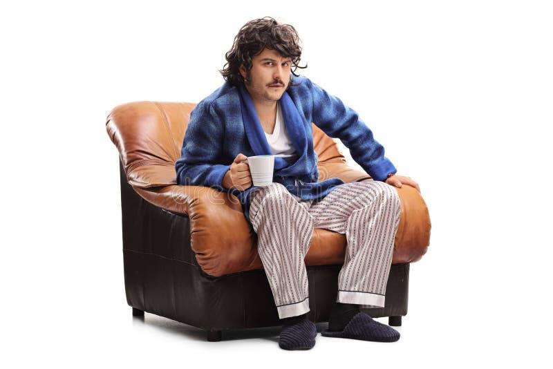Homme grincheux buvant de son café de matin photo libre de droits