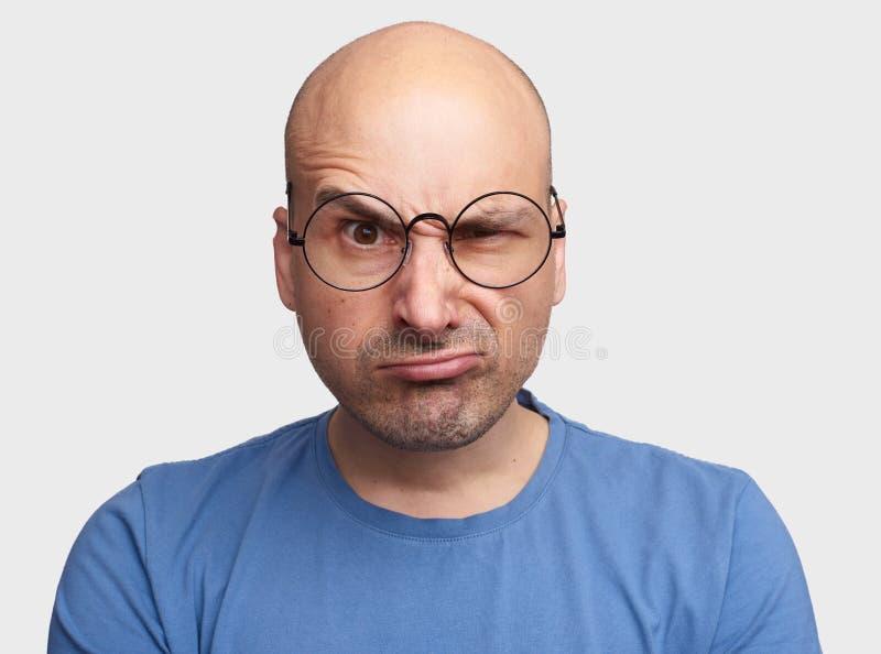 Homme grincheux soulevant le sourcil, portrait images stock