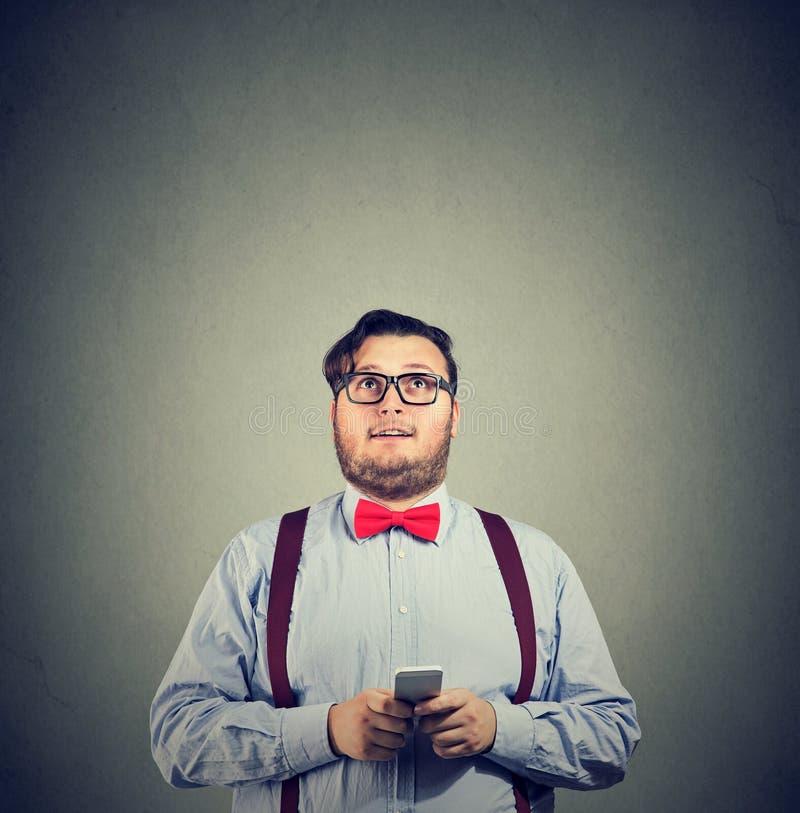 Homme gros envoyant l'email du smartphone photographie stock