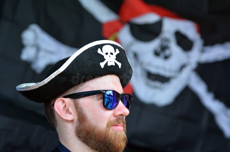 Homme habillé vers le haut de en tant que pirate photographie stock
