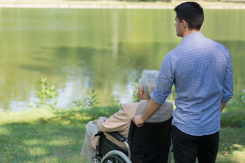 Homme handicapé au lac images stock