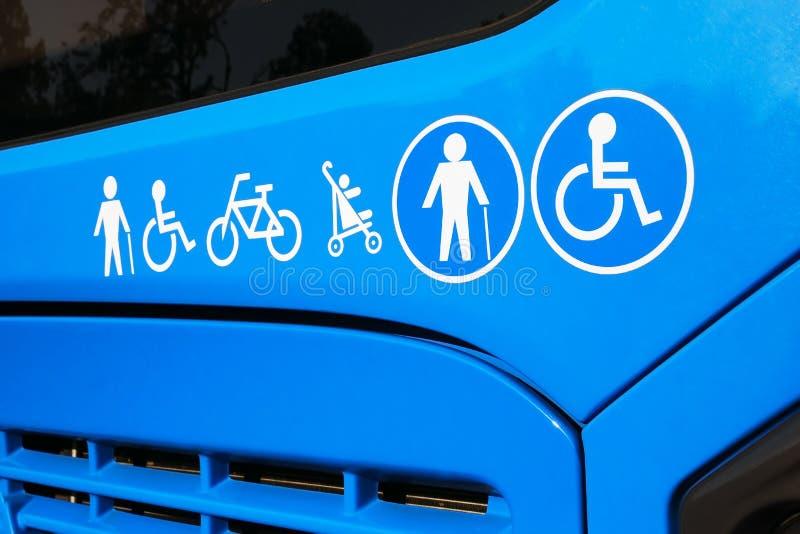 Homme handicapé et plus âgé, voiture d'enfant, icônes de bicyclette sur l'autobus images libres de droits