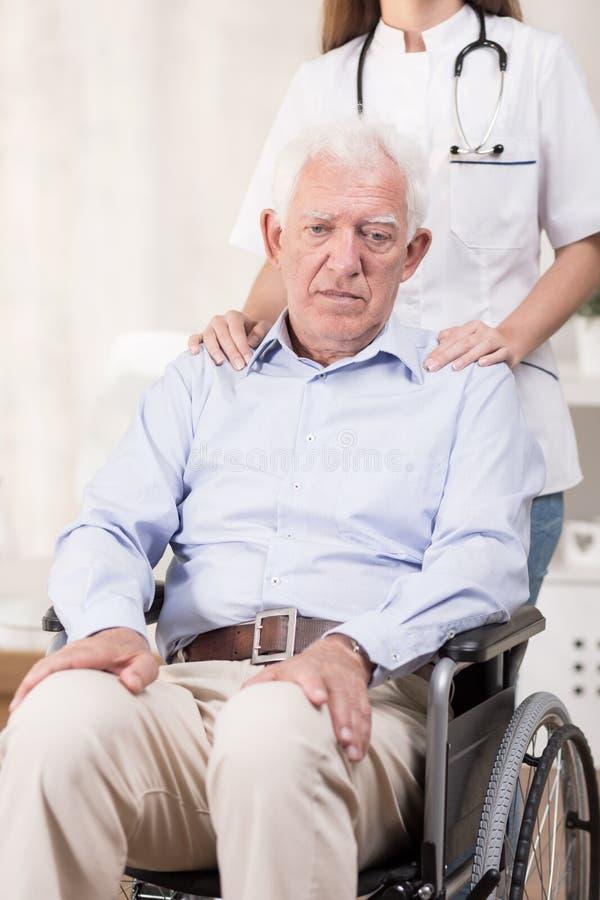 Homme handicapé par désespoir image stock