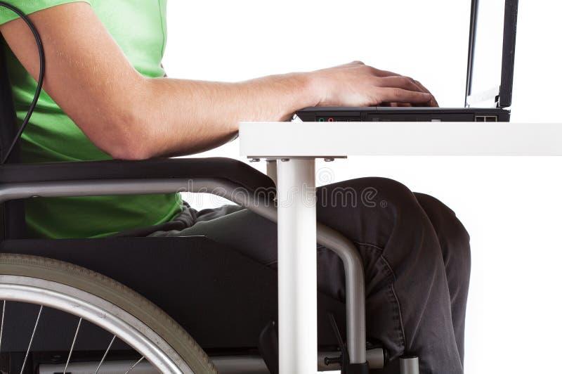 Homme handicapé s'asseyant à un bureau photographie stock libre de droits