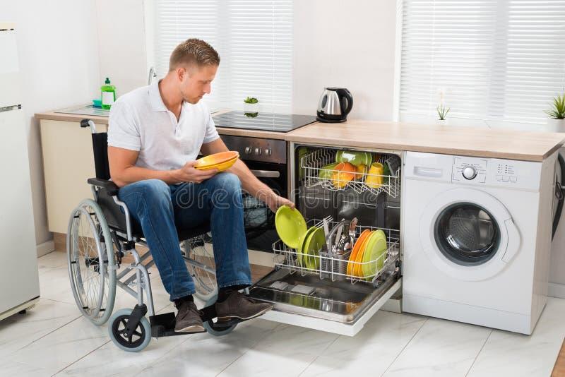 Homme handicapé travaillant dans la cuisine image libre de droits