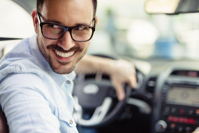 Homme heureux élégant attirant dans la bonne voiture photographie stock libre de droits