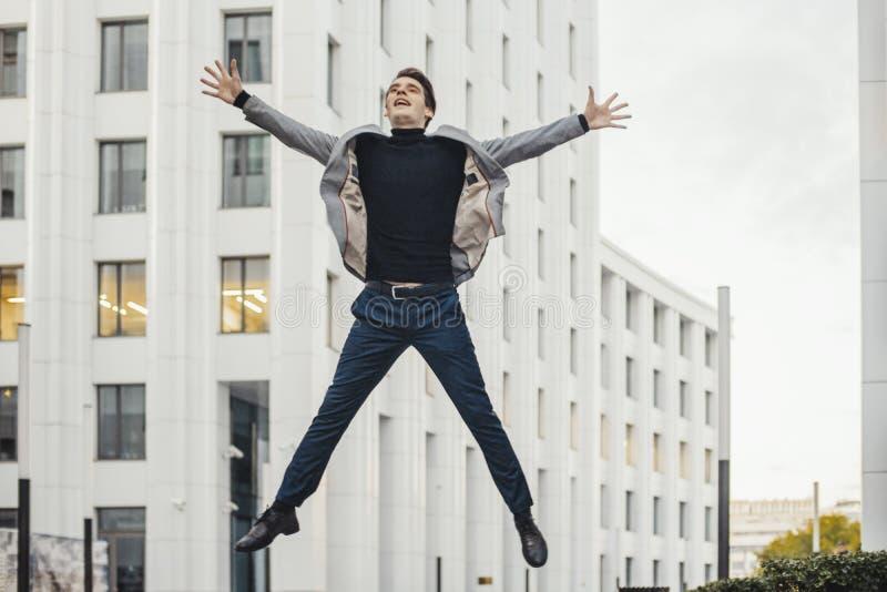 Homme heureux allant à ou du travail et dansant à côté du centre d'affaires photos stock