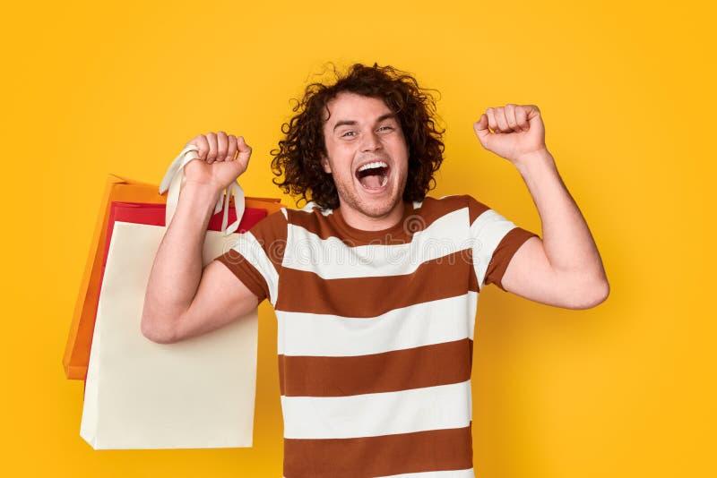 Homme heureux appréciant Black Friday photographie stock libre de droits