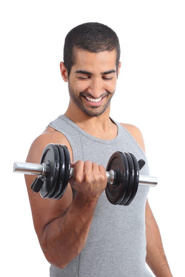 Homme heureux arabe exerçant les poids de levage photos stock