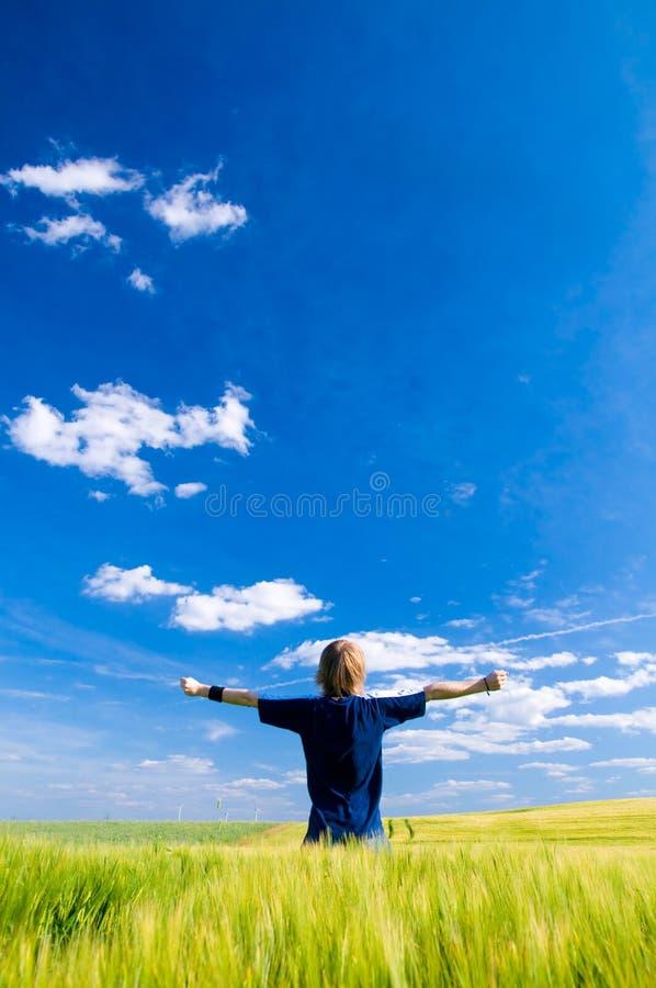 Homme heureux avec des bras vers le haut photo stock