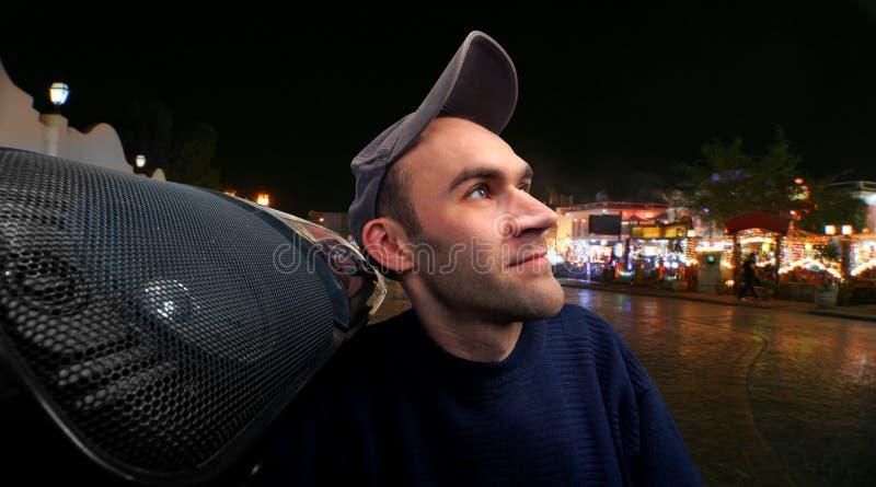 Homme heureux avec le boombox photo stock