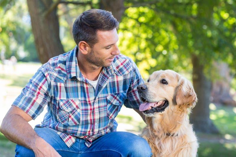 Homme heureux avec son chien en parc image stock
