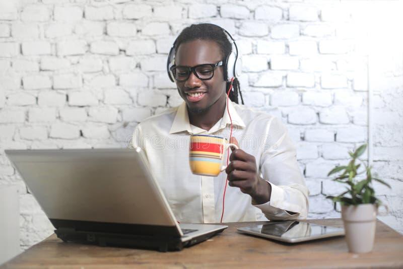 Homme heureux avec un ordinateur portatif images libres de droits