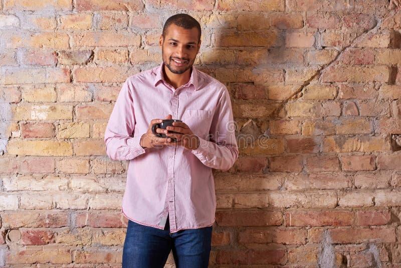 Homme heureux avec une tasse photo libre de droits