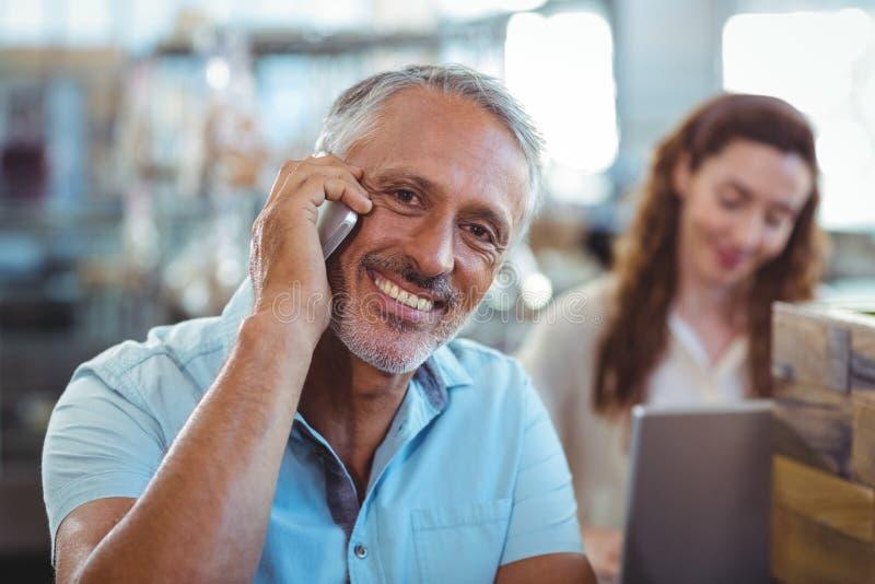 Download Homme Heureux Ayant L'appel Téléphonique Et Souriant à L'appareil-photo Photo stock - Image du court, technologie: 56487040