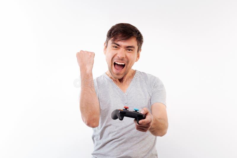 Homme heureux célébrant la victoire en jeu vidéo photos libres de droits