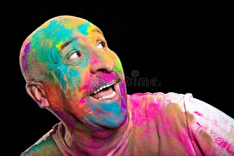 Homme heureux couvert dans la poudre brillamment color?e de Holi images libres de droits