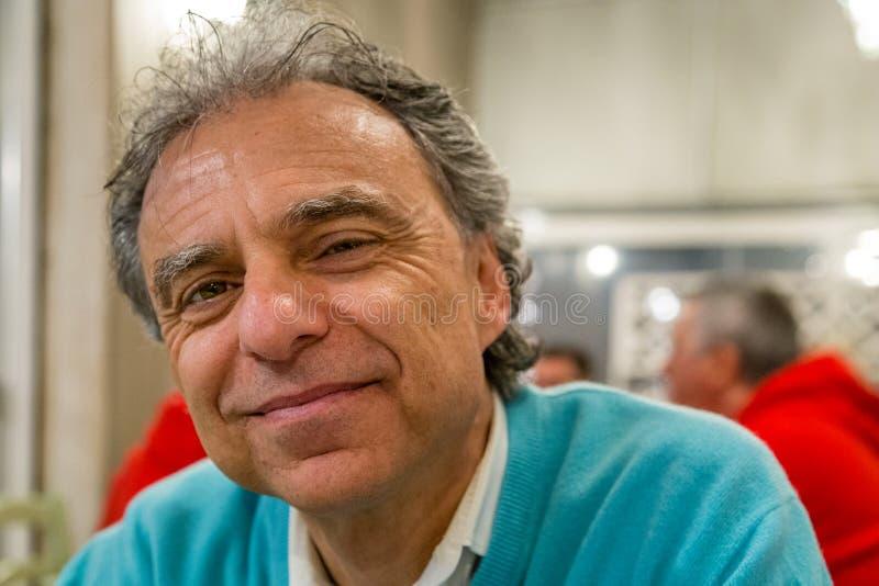 Homme heureux dans un restaurant photographie stock libre de droits