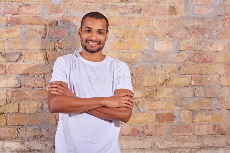 Homme heureux dans un T-shirt blanc photos stock
