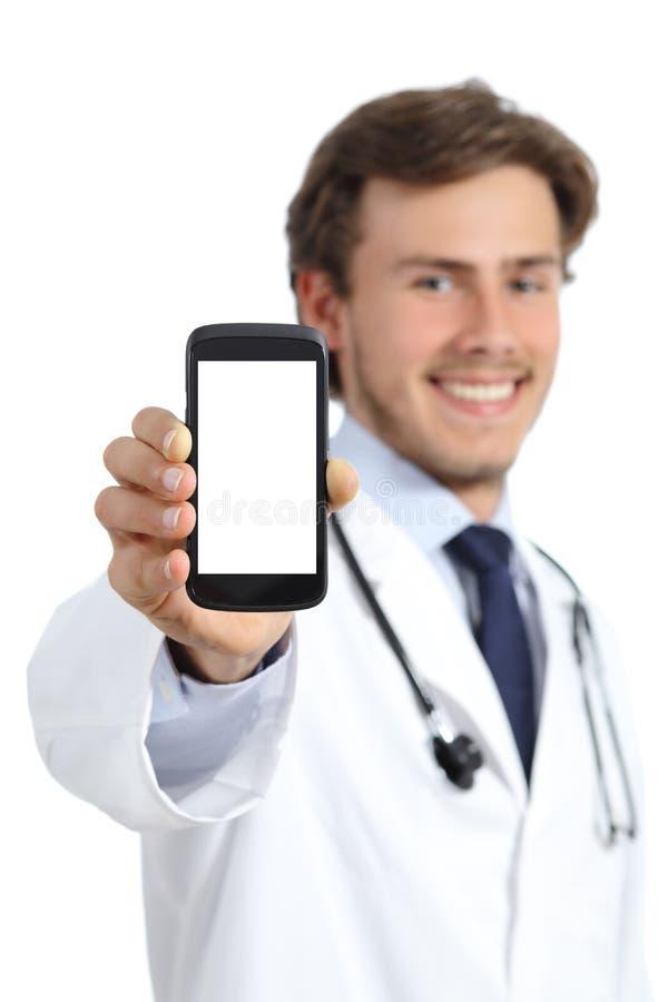 Homme heureux de docteur montrant un écran intelligent vide de téléphone images stock