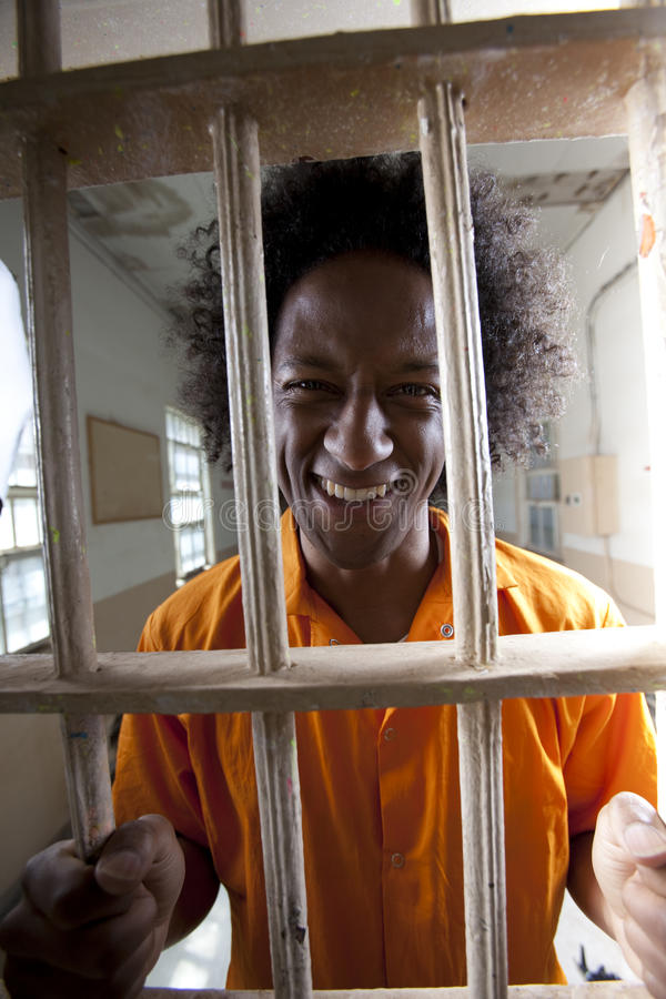 Homme heureux en cellule de prison images stock