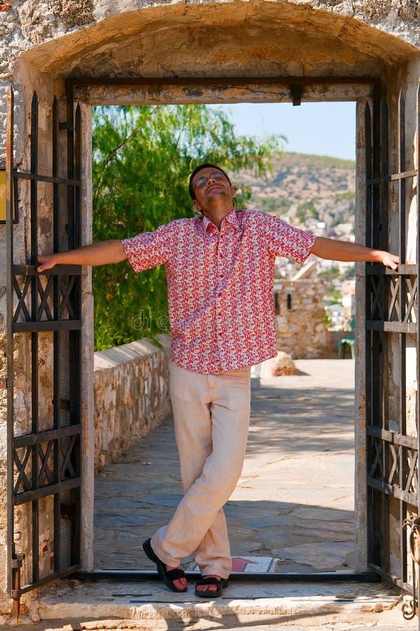 Homme heureux en porte photos libres de droits
