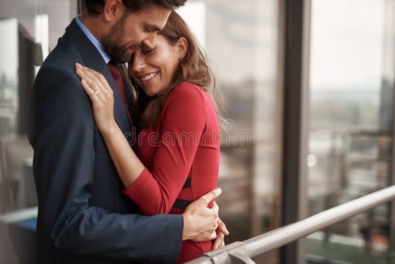 Homme heureux et femme ayant la réunion romantique extérieure photos stock