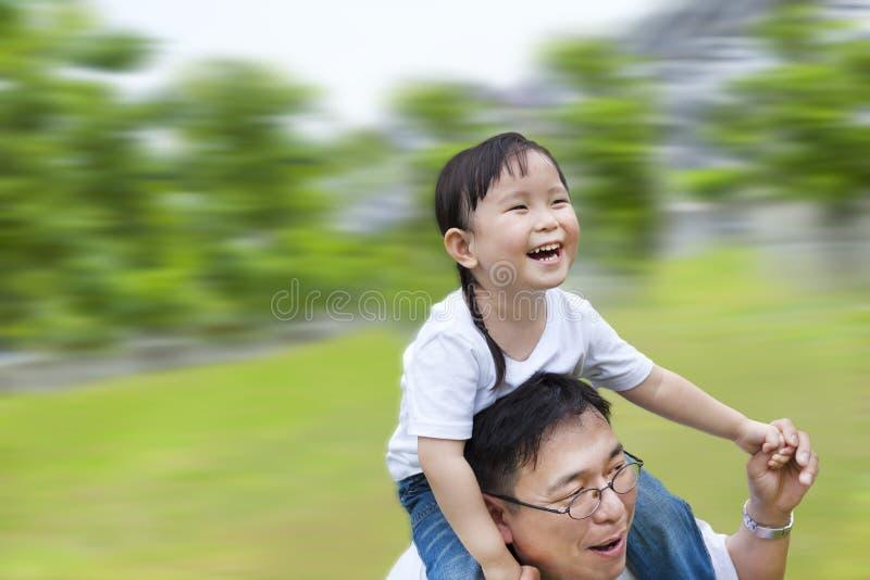 Homme heureux exécutant avec le descendant photo libre de droits