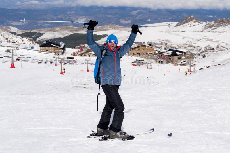 Homme heureux heureux en montagnes de neige à la station de sports d'hiver de Sierra Nevada en Espagne images libres de droits