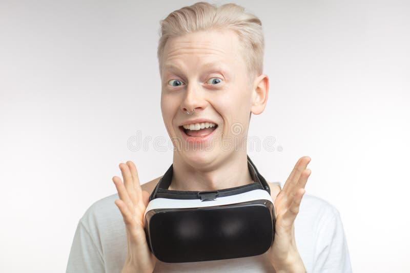 Homme heureux obtenant l'expérience utilisant des verres de casque de VR de réalité virtuelle, d'isolement sur le fond blanc photo stock