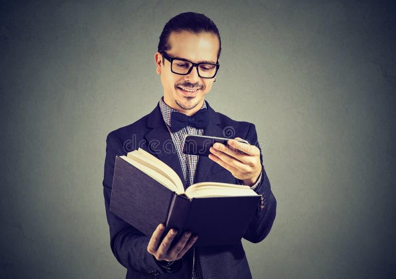 Homme heureux prenant la photo du contenu de livre photo libre de droits