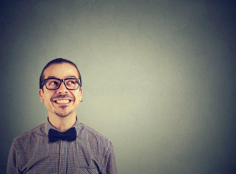 Homme heureux recherchant dans l'émerveillement photos libres de droits