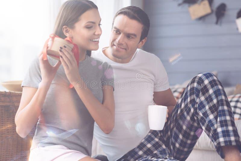 Homme heureux regardant son special quelqu'un image libre de droits