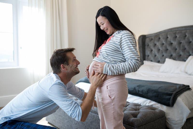 Homme heureux sentant la présence du bébé image stock