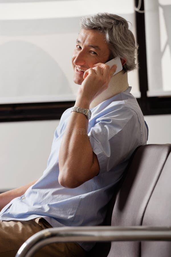 Homme heureux sur l'appel téléphonique photographie stock libre de droits