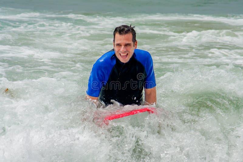Homme heureux sur le conseil de boogie en ressac photos libres de droits