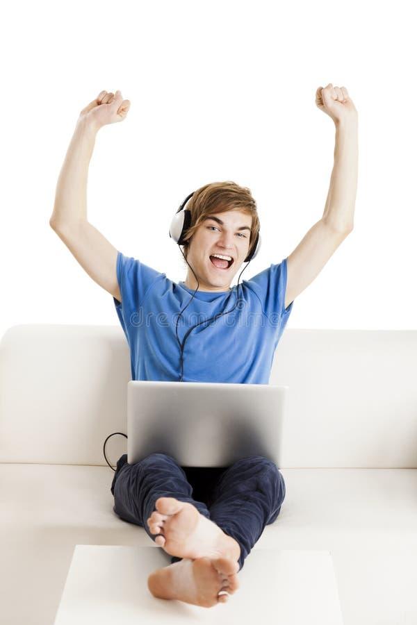Homme heureux sur le divan photographie stock libre de droits